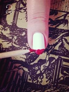 2.Na vrh nokta nanesite crveni lak u liniji. Linija neka ne bude savršeno pravilna.