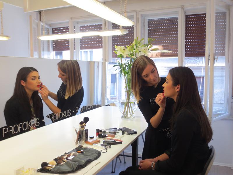 Vizažistica Kristina Atletić daje Maji posljednje upute kako se našminkati prije odlaska u Kinu